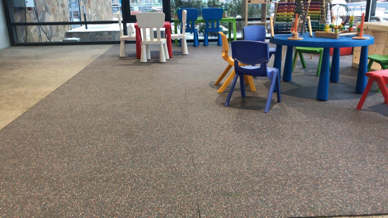 Рулонное покрытие Kraitec на детской площадке